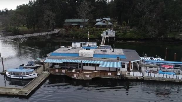 Единственный в Канаде плавучий паб выставлен а продажу