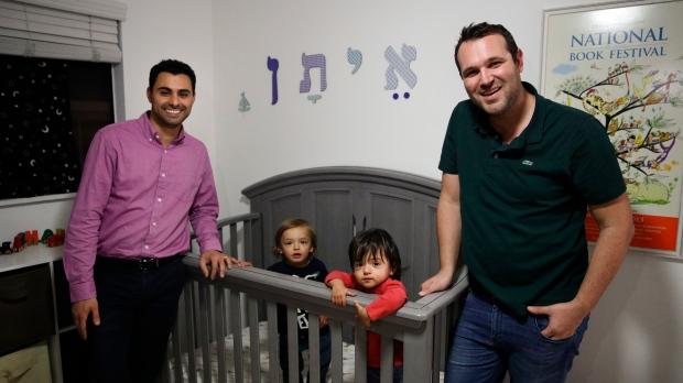 Рожденный в однополом браке в Торонто близнец получил гражданство США