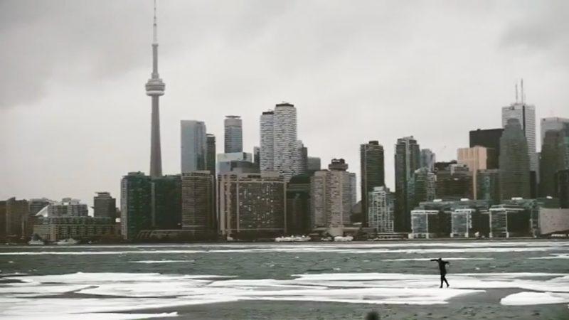 Неизвестный трюкач на льду озера Онтарио