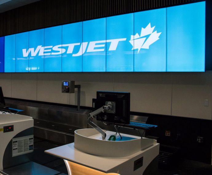 Лайнер WestJet после приземления в Пирсоне выехал на газон