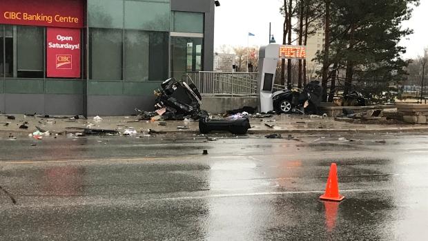Машина разлетелась после аварии на куски