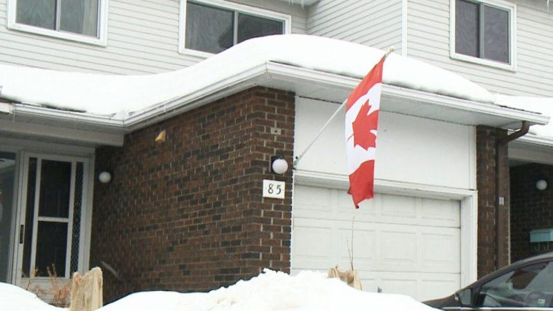 Майoру из Оттавы приказали снять канадский флаг