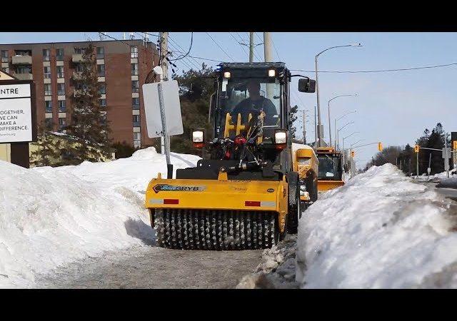 Сделано в Канаде: Галифакс закупил разбивающую лед на тротуарах машину