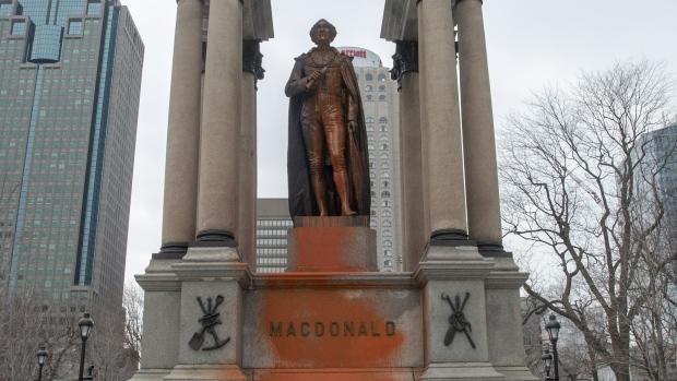 Бронзовый Макдональд в Монреале вновь пострадал