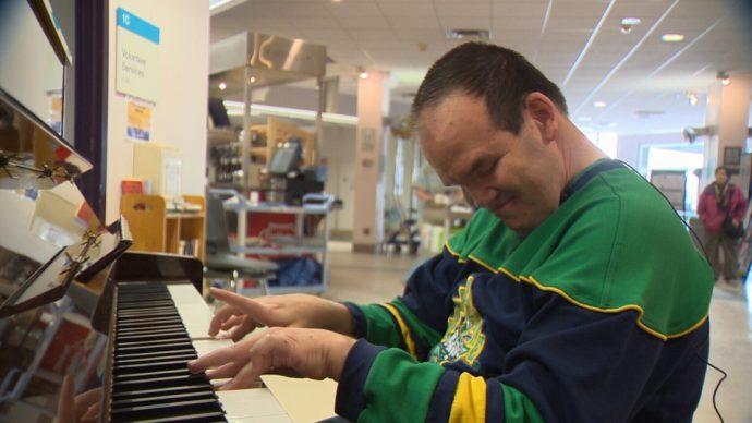 Незрячий музыкант играет для пациентов