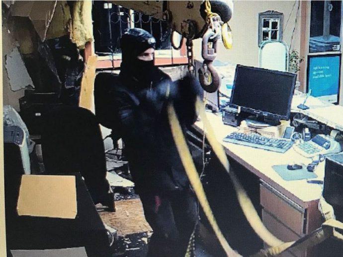 Грабители выломали банкомат из стены с помощью крана