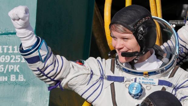 Женский выход в открытый космос поддержит с Земли канадка