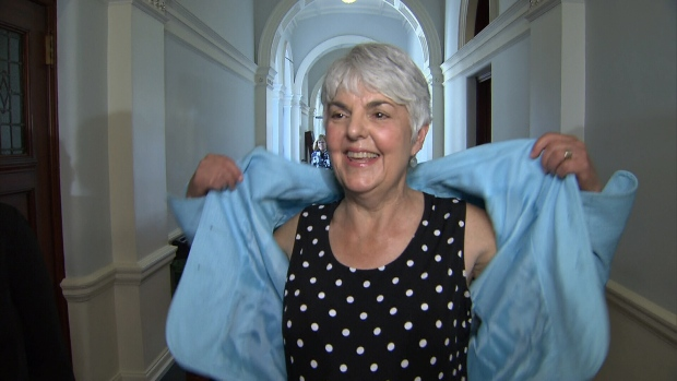 Женщинам разрешили ходить в парламент с голыми руками