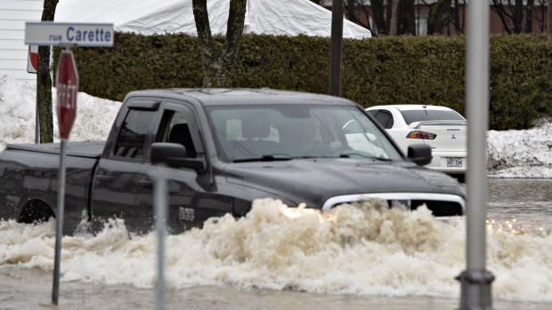 Солдаты спешат на подмогу пострадавшим от наводнения