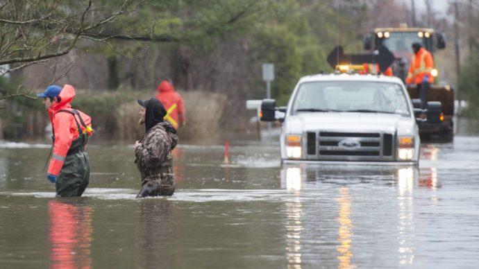 Наводнение в трех провинциях: час от часу не легче