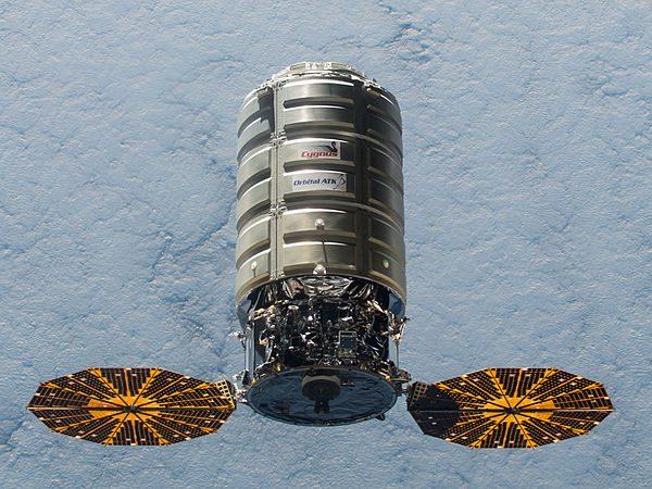 Частный космический грузовик привез на МКС еду