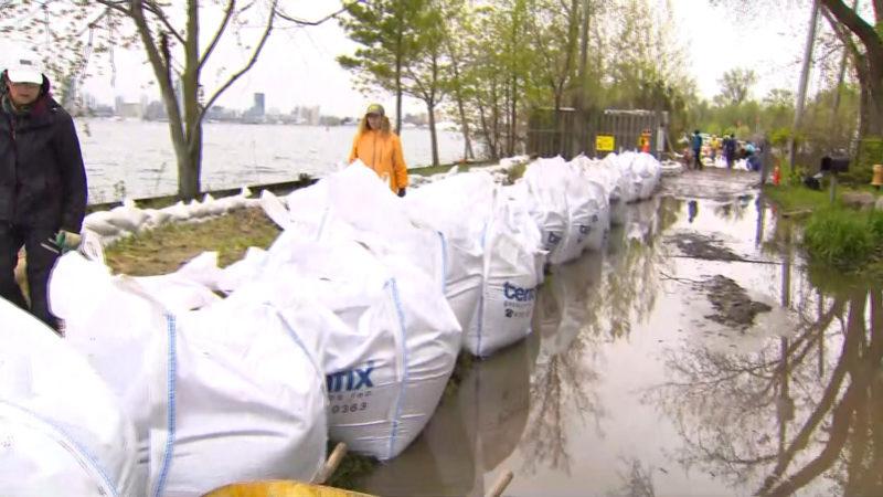 10 000 мешков с песком на пути наводнения в Торонто