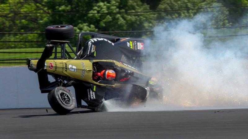 Канадский гонщик Indy 500 попал в аварию