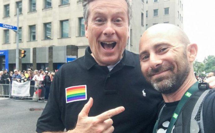 Визит мэра Торонто в книжный магазин ЛГБТ-общины вызвал бурное обсуждение
