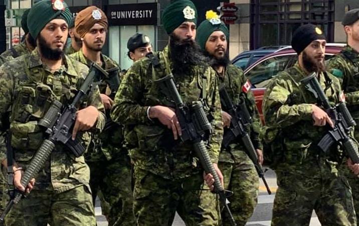 В руках участников сикхского парада в Торонто было боевое оружие