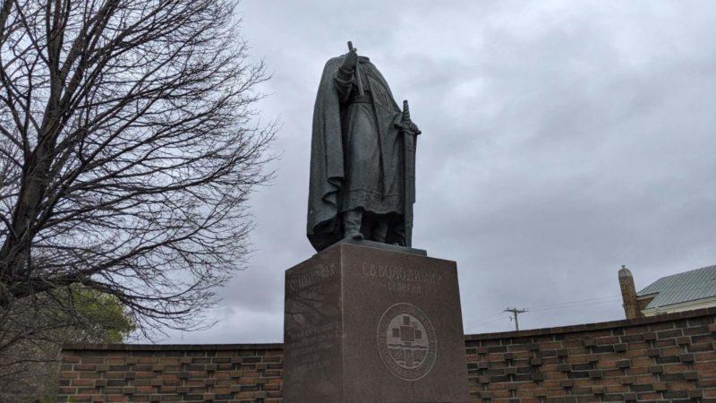 Вандалы обезглавили статую Святого Владимира в Виннипеге