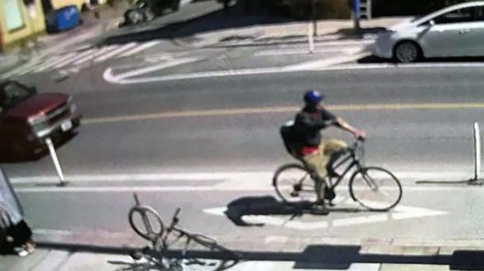 Велосипедист вылил на прохожих опасную жидкость