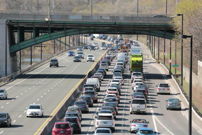 Онтарио повысит сборы за автомобили и водительские права?