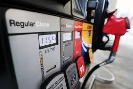 Бензин чуть дешевеет