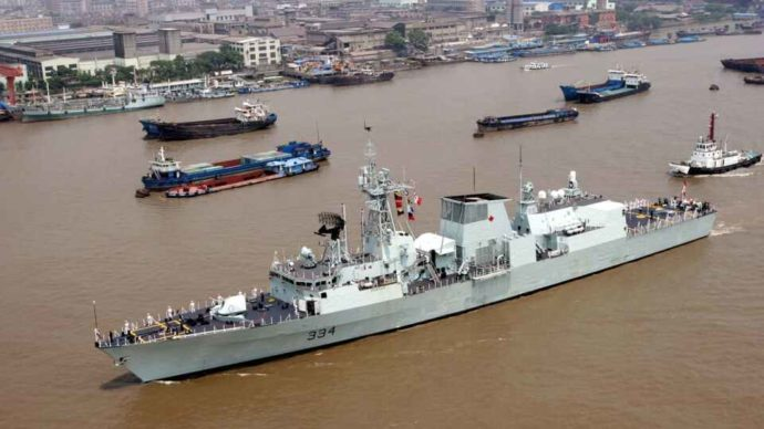 Китайский истребитель пролетел над канадским фрегатом