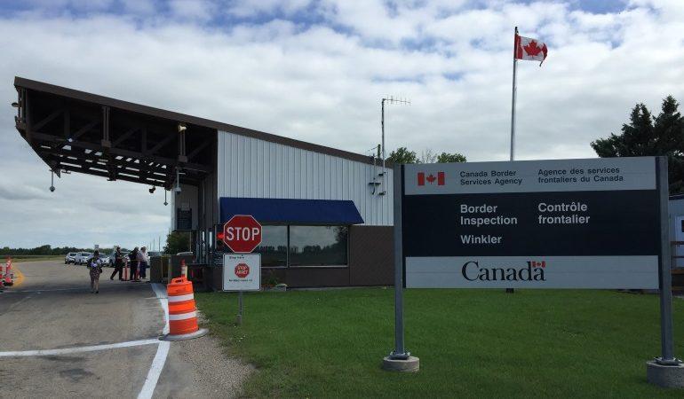 Обвиняемый в насилии спокойно проехал через канадскую границу