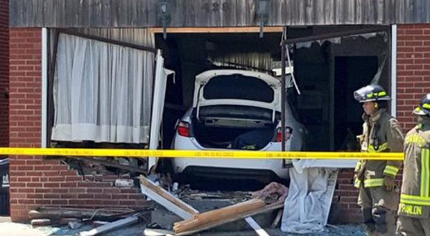 Полиция задержала врезавшихся в дом водителя и пассажира