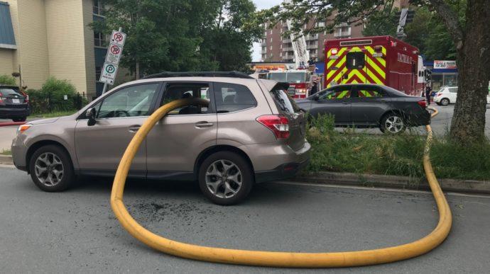 Пожарный рукав протянули прямо через салон автомобиля