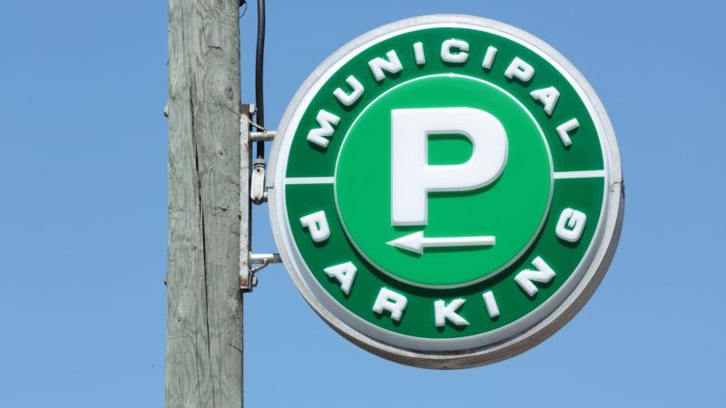 Мэр Торонто высказался против парковки на Eglinton Avenue
