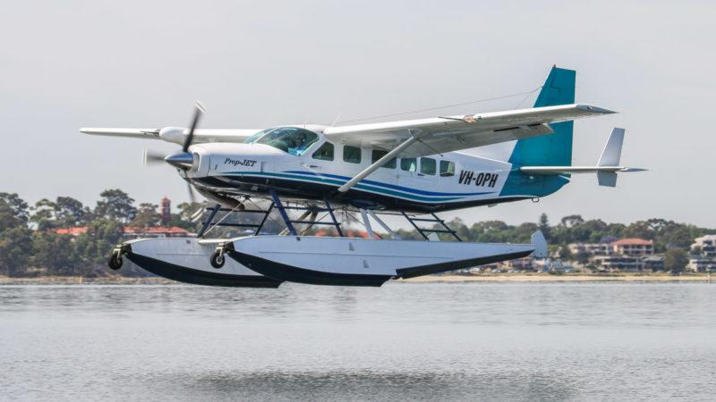 В двух крушениях самолетов в пятницу погибли шесть человек