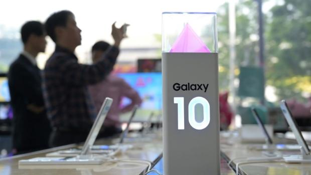 Смартфоны Samsung любой может пальцем открыть. Натурально