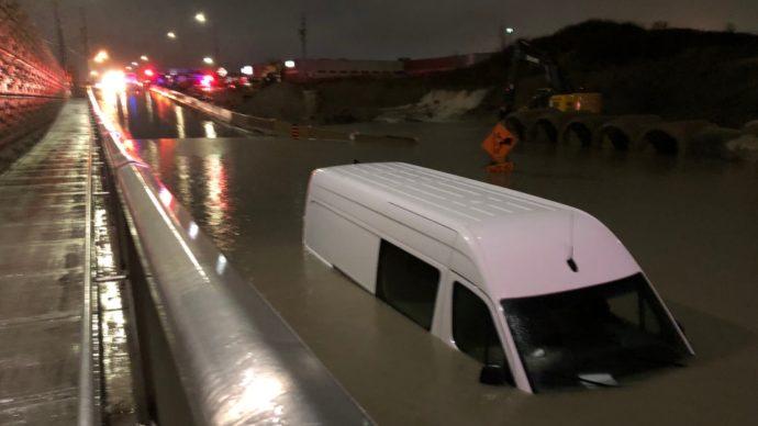Фургон чуть не затонул в огромной луже