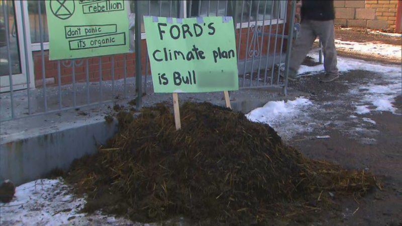 Куча навоза перед офисом премьера канадской провинции