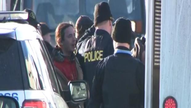 Полиция Онтарио снимает пикетчиков с железной дороги