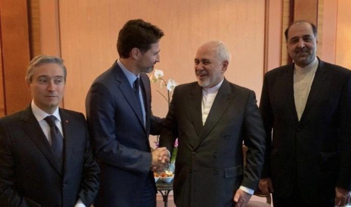 Кому пожимает руку канадский премьер-министр?