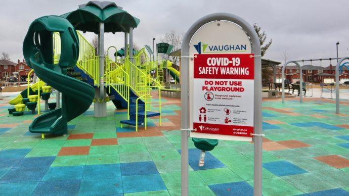 Торонто и Вон закрывают спортивные и детские площадки в парках