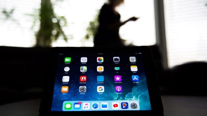 Школьникам в Онтарио раздают iPad-ы с Интернетом