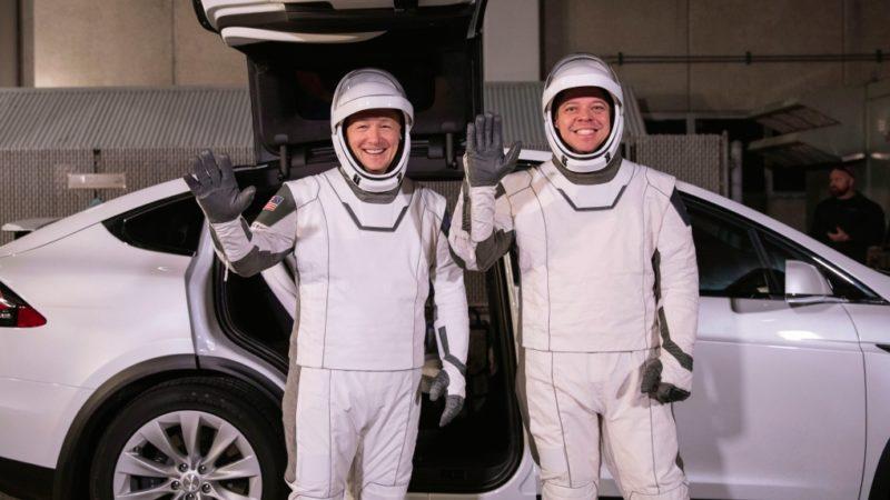 Новый космический корабль, новые скафандры
