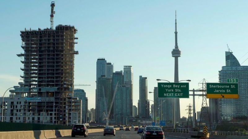 В Торонто проводят ремонт дорог