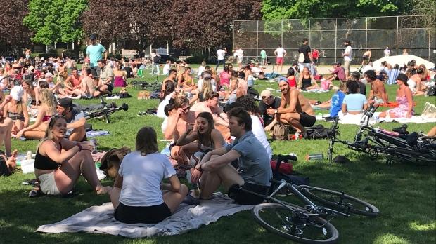 Толпа жителей Торонто пренебрегла всеми правилами в парке