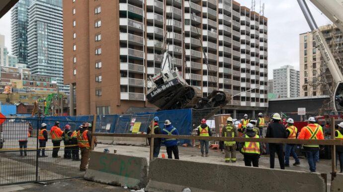 На строительстве трамвайной линии в Торонто провалился кран