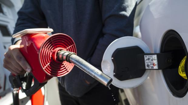 Нефтяники предлагают канадцам доплачивать по ¢2 за литр топлива