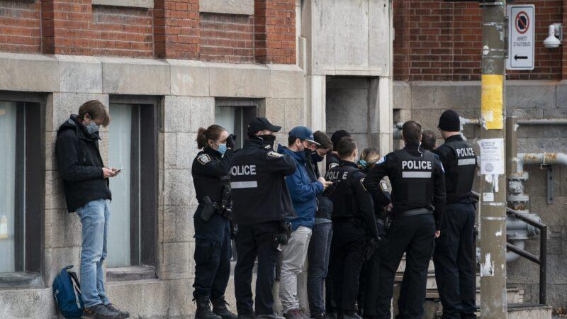 Множество полицейских с оружием в руках— в монреальском райoне Майл Энд