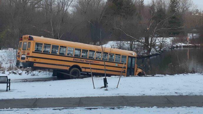 Угонщики покатались на школьных автобусах