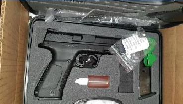Пистолет вместо легинсов с новогодним рисунком