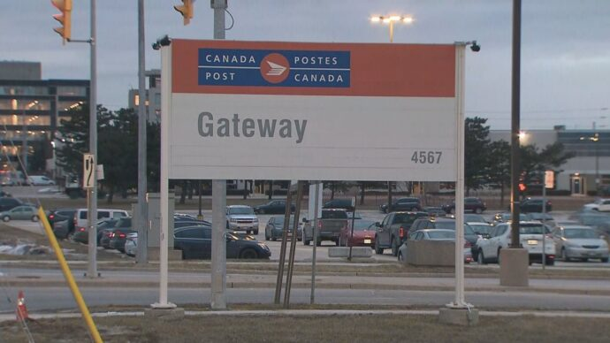 350 работников канадской почты отправили по домам