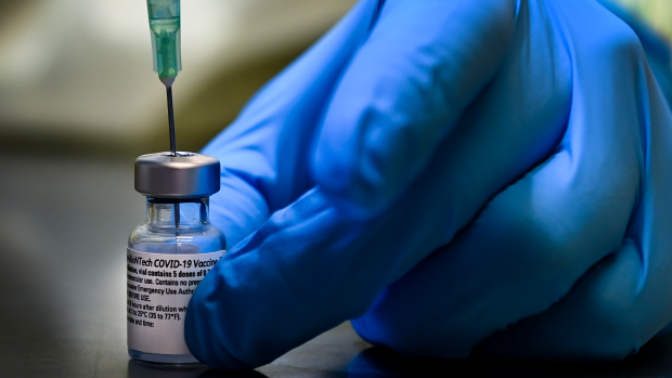 Цифры о вакцинации в Онтарио были завышены вдвое