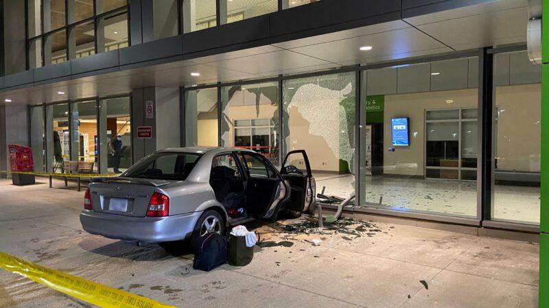 Автомобиль разбил стеклянную стену торонтской больницы