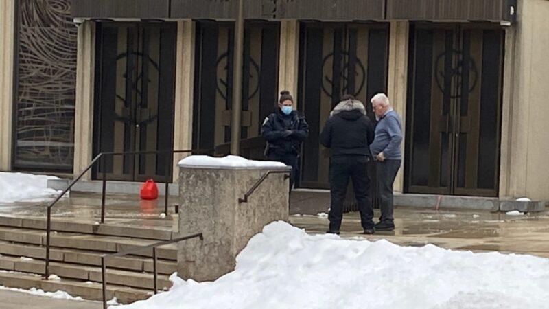 Двери синагоги в Монреале разрисовали свастиками