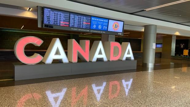 Канадские аэропорты пустеют из-за отмены международных рейсов