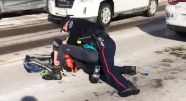 На видео полисмен бьет головой об асфальт задержанного